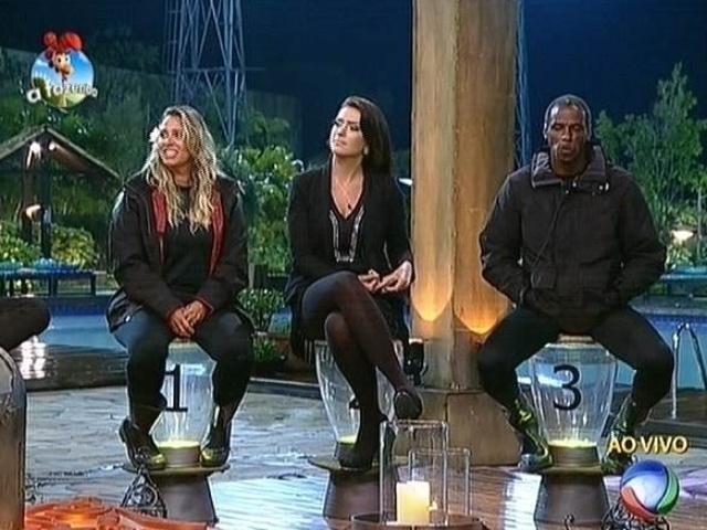 3.nov.2014 - Andréia Sorvetão, Débora Lyra e Robson Caetano são indicados para a roça e disputam a prova do fazendeiro nesta terça (4) em