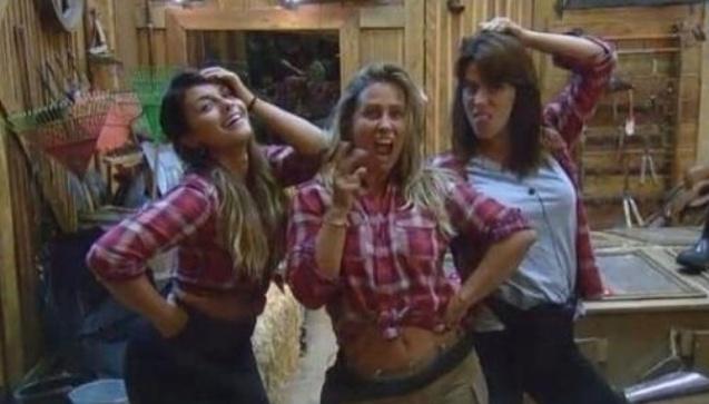 3.nov.2014 - Babi Rossi, Andréia Sorvetão e Heloisa Faissol fazem pose em frente ao espelho do celeiro em
