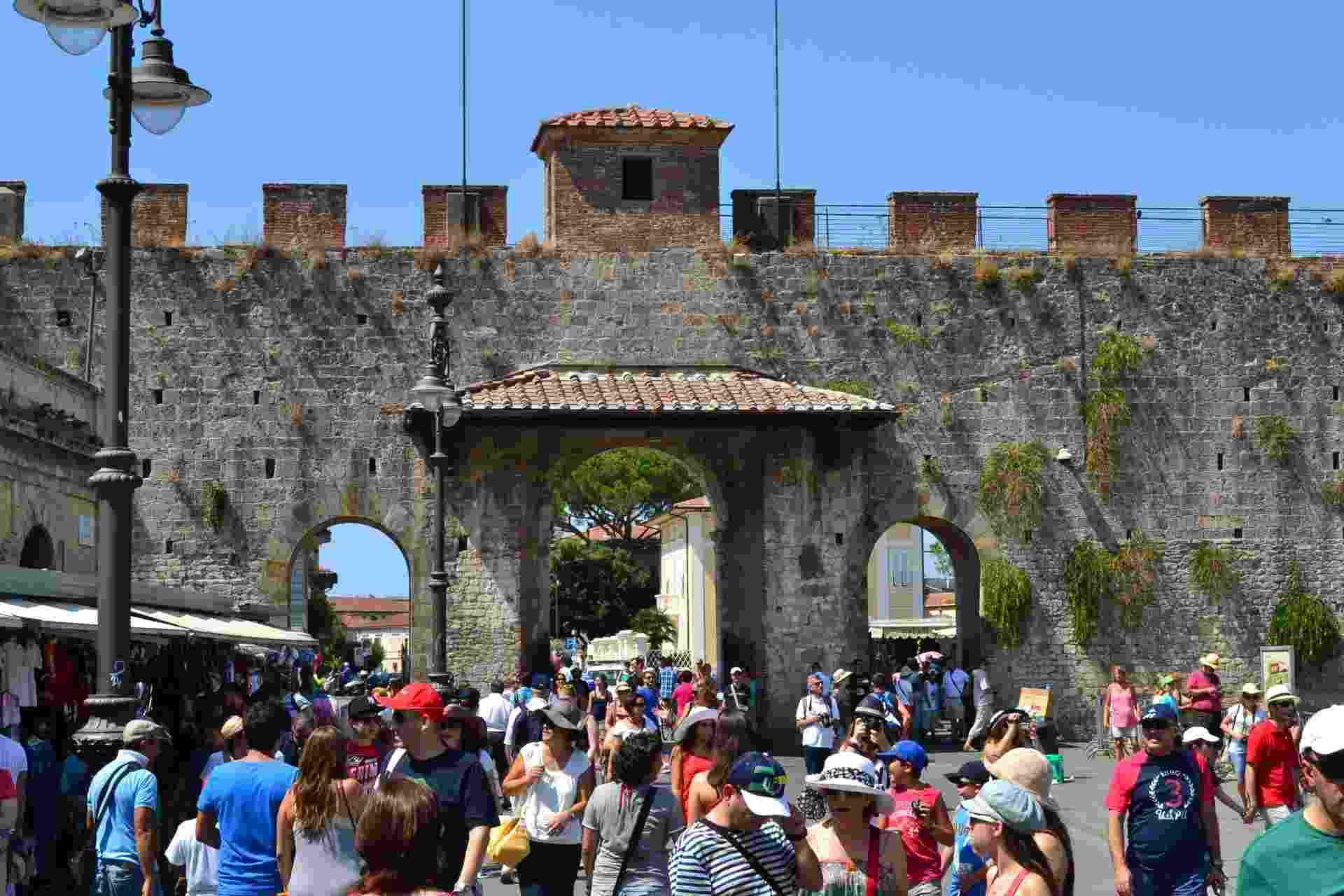 Centenas de turistas dirigem-se à Piazza dei Miracoli, que concentra as principais atrações de Pisa: o Batistério, o Duomo e a famosa Torre - Alfredo Santucci/UOL
