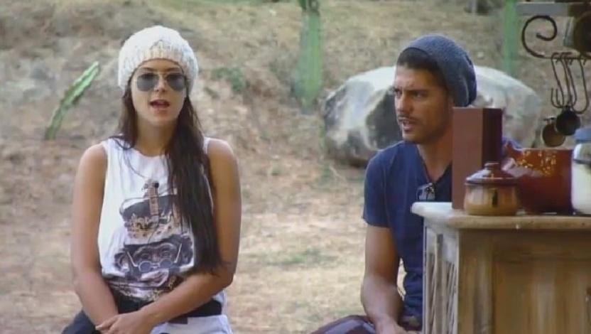 Débora Lyra e Marlos Cruz conversam com outros peões no celeiro sobre o grupo Ovelha