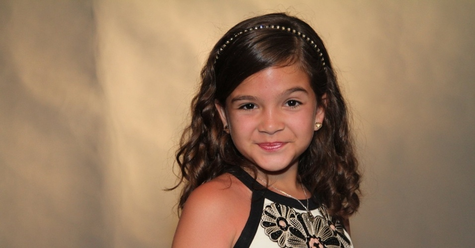 Mel Maia precisou usar lentes de contato verdes para dar vida à personagem de Carolina Dieckmann na infância. Na série, a personagem será vítima de abuso sexual