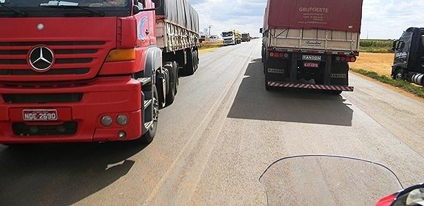 Motociclista viaja em meio a muitos caminhões na BR-364 - Infomoto