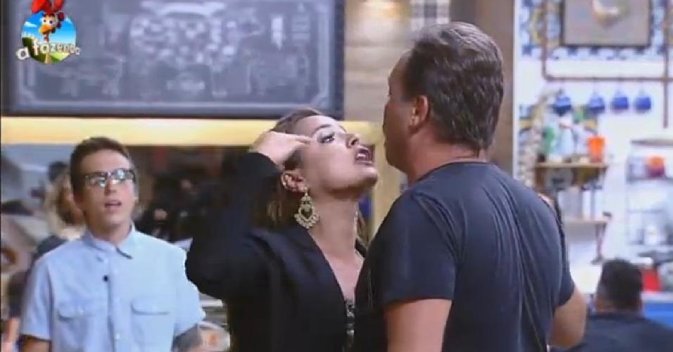 04.nov.2014 - Bruninha grita com Felipeh Campos após formação da roça