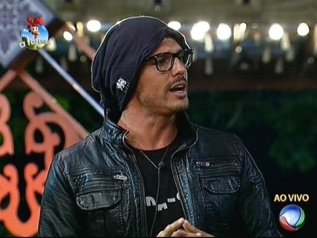 3.nov.2014 - Marlos Cruz indica Robson Caetano para a sétima roça de