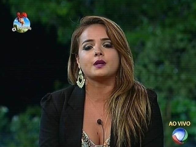 3.nov.2014 - MC Bruninha indica Robson Caetano para a sétima roça de