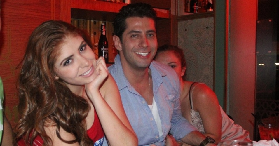 3.nov.2014 - Os ex-BBBs Marcelo Zagonel e Natália Casassola são flagrados aos beijos durante um jantar nesta segunda-feira