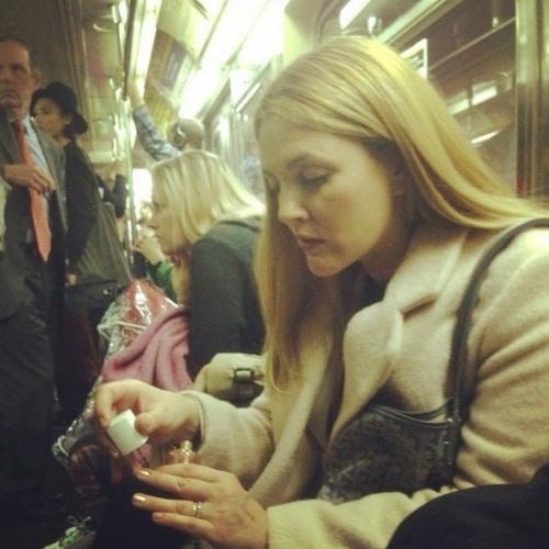 """4.nov.2014 - A atriz Drew Barrymore postou nesta segunda-feira uma uma imagem fazendo as unhas dentro do metrô. Conhecida por filmes como """"As Panteras"""" e """"Como Se Fosse a Primeira Vez"""", Drew tem se dedicado à sua própria linha de produtos de beleza, Flower Beauty"""
