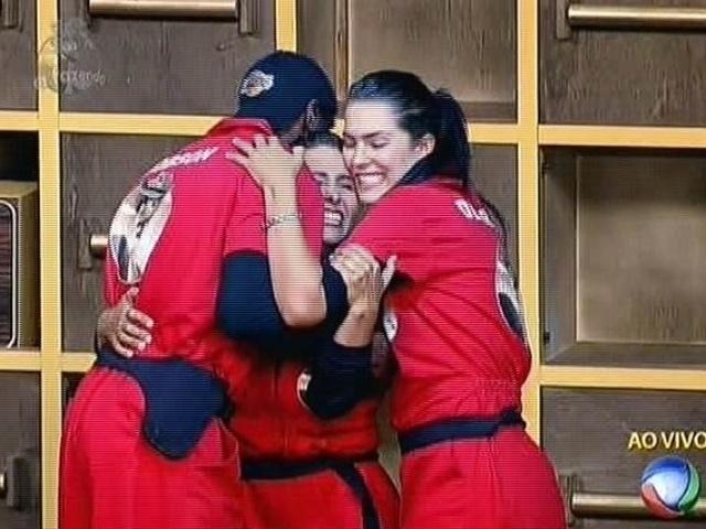4.nov.2014 - Andréia Sorvetão é abraçada por Débora Lyra e Robson Caetano após vencer a prova do fazendeiro da semana em