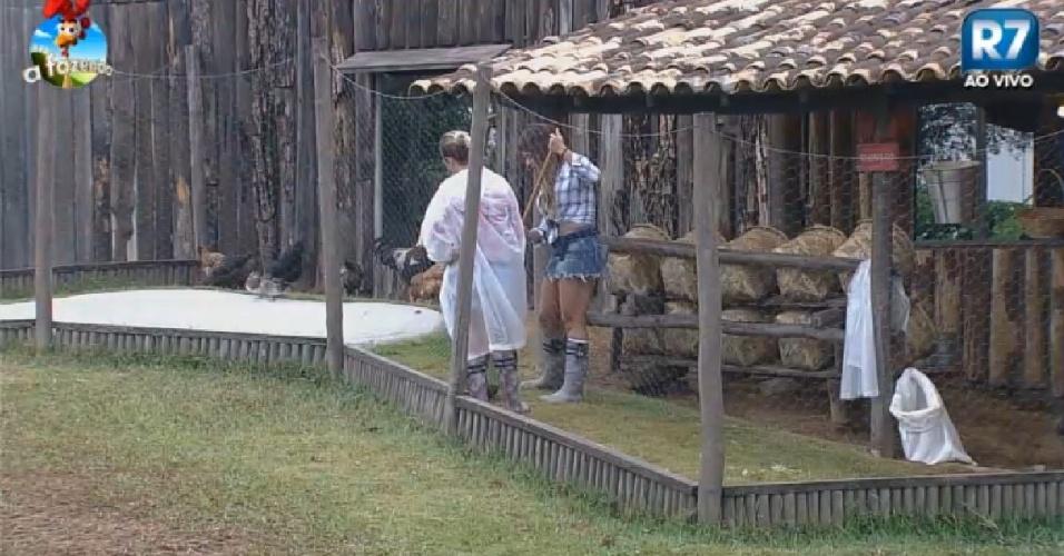 4.nov.2014 - Babi e Andréia limpam galinheiro de