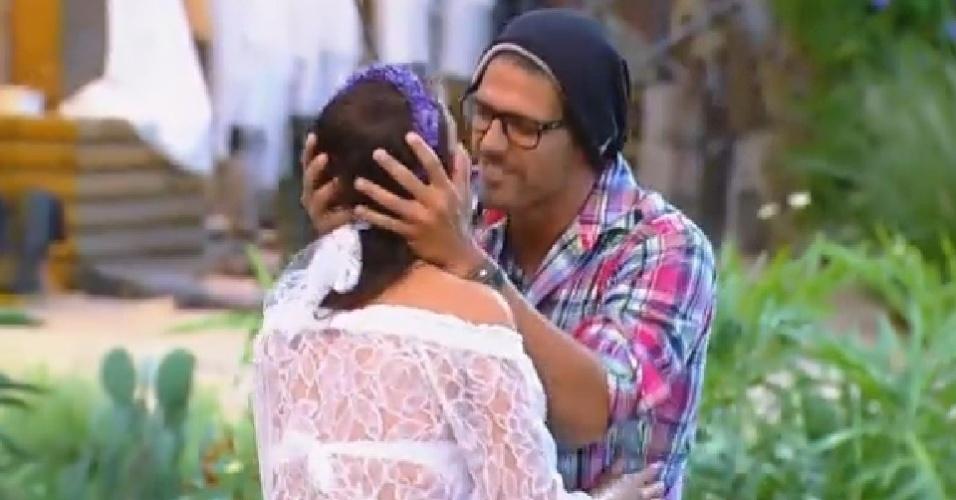 4.nov.2014 - Débora Lyra beija Marlos Cruz durante atividade em que os peões deveriam nomear um participante que querem