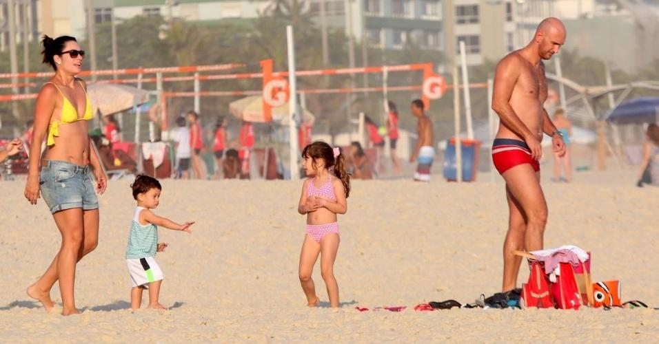 4.nov.2014 - Esbanjando boa forma, Amandha Lee curte praia com Nalbert e os filhos, Rafaela e Vitor, nesta terça-feira, na praia do Leblon, no Rio. A atriz emagreceu 28kg após a última gravidez