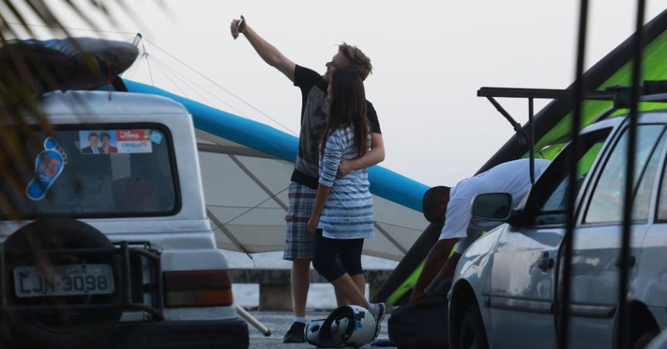 4.nov.2014- Michel Teló e Thais Fersoza atenderam os fãs que estavam na praia de São Conrado e ainda fizeram selfies nos seus respectivos celulares