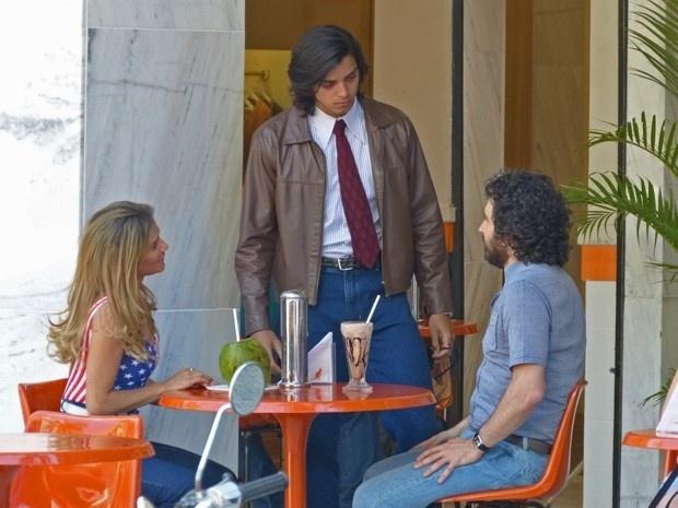 Beto (Rodrigo Simas) briga com Inês (Deborah Secco) ao ver a namorada conversando animadamente com Paulo (Caco Ciocler). O herdeiro da agência Vip Turismo tem uma crise de ciúmes: