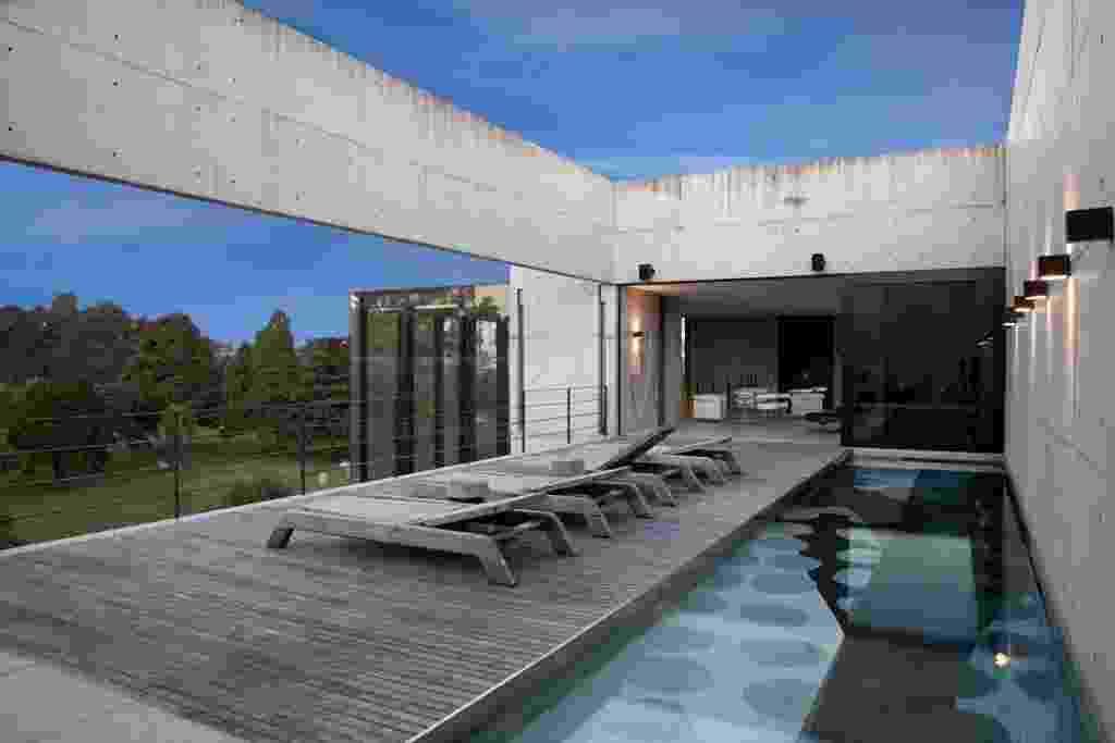 Na área de piscina da casa Vertical não detém forros ou coberturas. Há um único pilar no projeto de Marcos Bertoldi, que dá apoio estratégico à galeria de arte e uma laje nervurada para o piso da sala principal de recepções (logo abaixo). O tanque fica no mesmo nível do mezanino para recepções, no quarto andar (ou quinto pavimento) - Alessandra Okazaki/ Divulgação