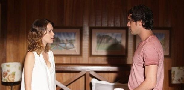 Caíque descobre que Laura é noiva de Marcos