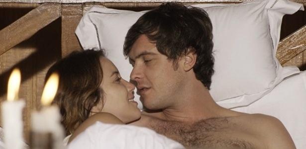 Laura e Caíque têm noite de amor