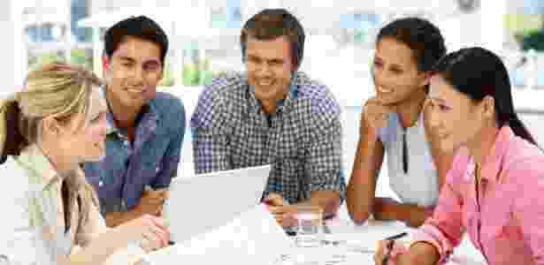 Interromper os colegas é um dos erros comuns nas reuniões de trabalho - Getty Images