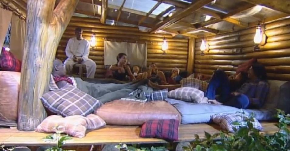05.nov.2014 - Peões conversam na casa da árvore e Babi Rossifala sobre sua experiência no