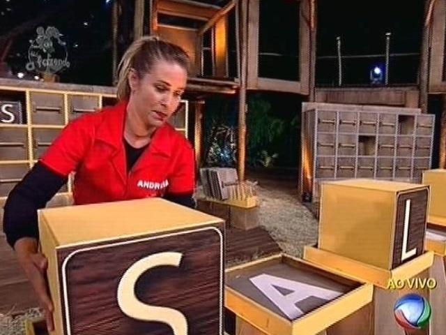 4.nov.2011 - Andréia Sorvetão consegue achar mais um par de letras no jogo da memória que define o cargo de fazendeiro da semana em
