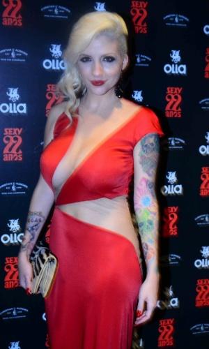 4.nov.2014 - A ex-BBB Clara Aguilar recebe amigos no lançamento de seu ensaio nu para a edição de aniversário da revista Sexy, nesta terça-feira, em uma casa noturna de São Paulo