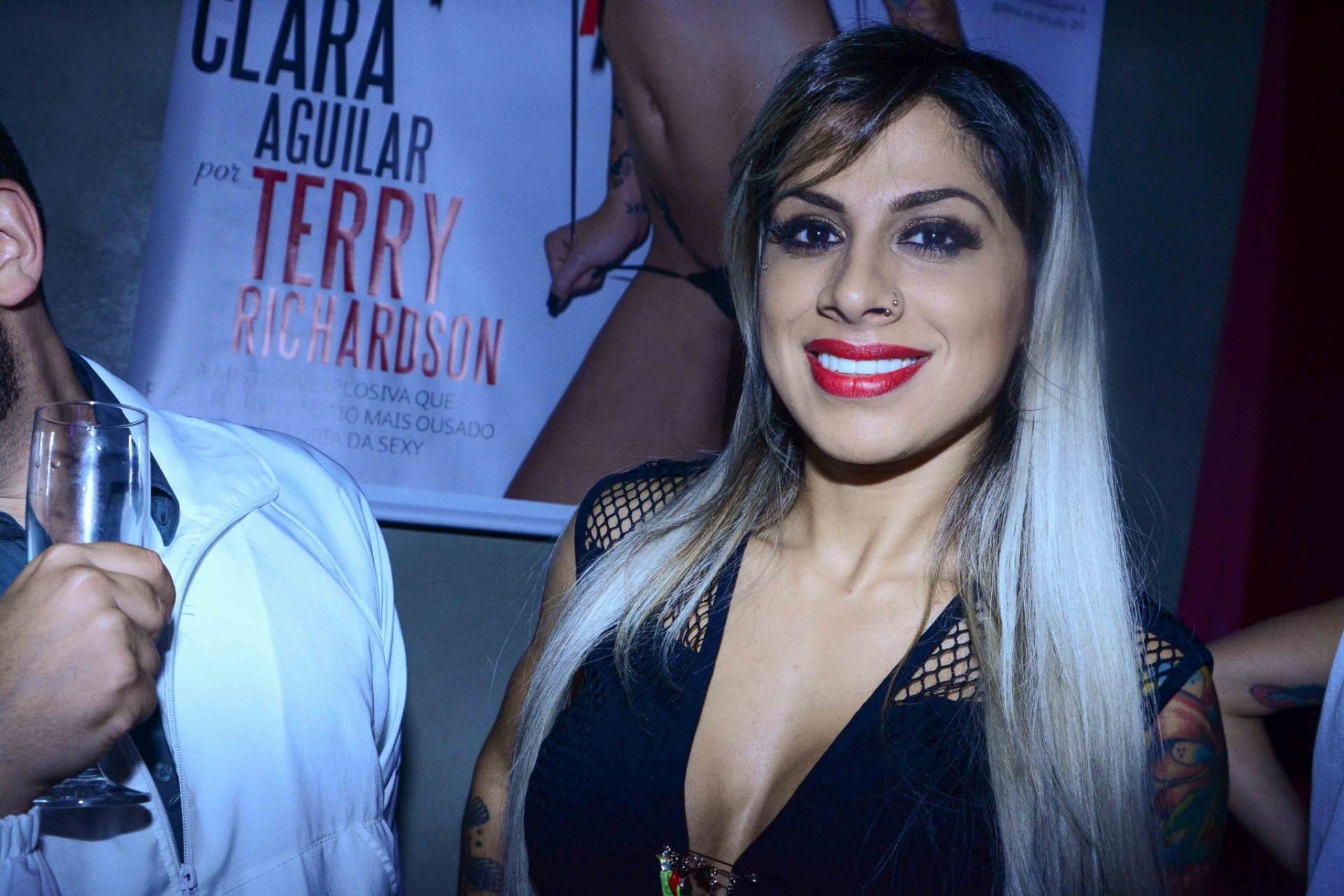 4.nov.2014 - Ex-affair, a ex-BBB Vanessa Mesquita vai ao lançamento do ensaio nu da ex-sister Clara Aguilar para a edição de aniversário da revista Sexy, nesta terça-feira, em uma casa noturna de São Paulo