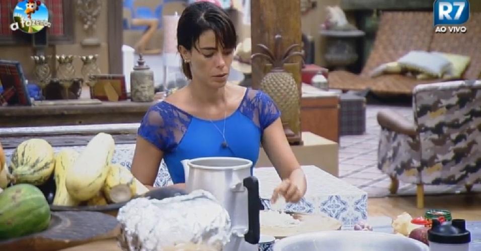 5.nov.2014 - Heloísa Faissol cozinha em