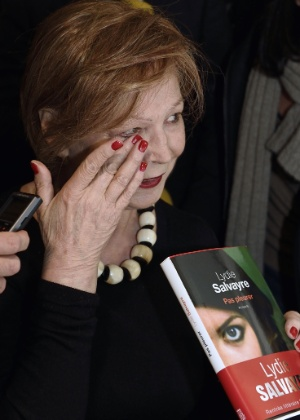 5.nov.2014 - Lydie Salvayre se emociona depois de vencer o prêmio de literatura Goncourt, em Paris - ERIC FEFERBERG/AFP