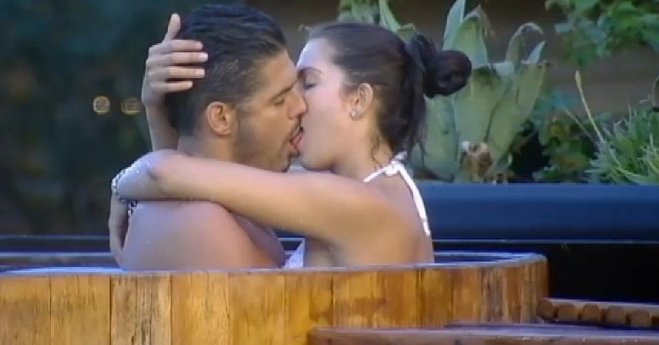 5.nov.2014 - Marlos Cruz beija Débora Lyra no ofurô de