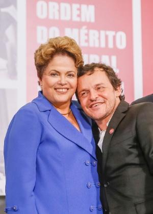 O ator Matheus Nachtergaele posa com a presidente Dilma Rousseff durante cerimônia de entrega da Ordem do Mérito Cultural, no Palácio do Planalto, em Brasília - Roberto Stuckert Filho/PR