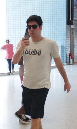 5.nov.2014 - O humorista Marcelo Adnet se irritou ao ser fotografado por paparazzo no aeroporto Santos Dumont na manhã desta quarta-feira. Segundo o profissional da Photo RioNews, Adnet também tirou fotos dele com o celular