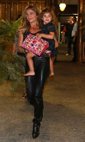 5.nov.2014- Grazi Massafera leva Sofia ao aniversário de 7 anos de Benício, filho de Angélica e Huck, que aconteceu em uma casa de festas na Barra da Tijuca, zona oeste do Rio