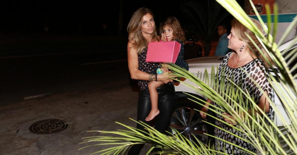 5.nov.2014-  Grazi Massagfera é flagrada deixando a festa de Benício com a filha Sofia, de 2 anos, fruto do seu casamento com Cauã Reymond
