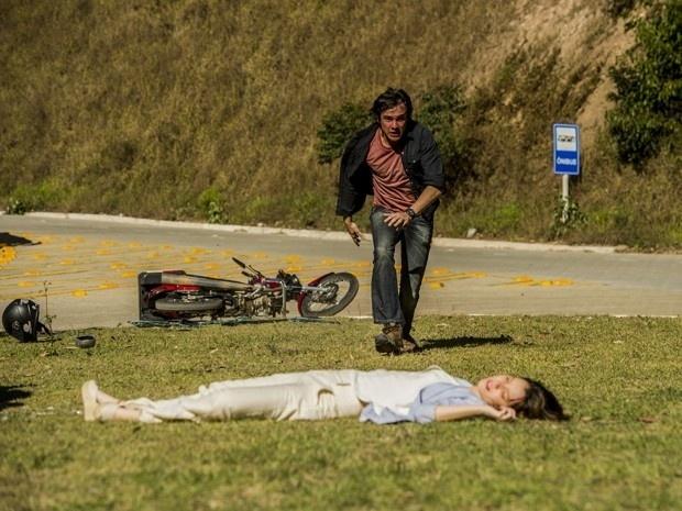 Caíque (Sergio Guizé) socorre Laura (Nathalia Dill) depois que ela sofre um acidente de carro na estrada em