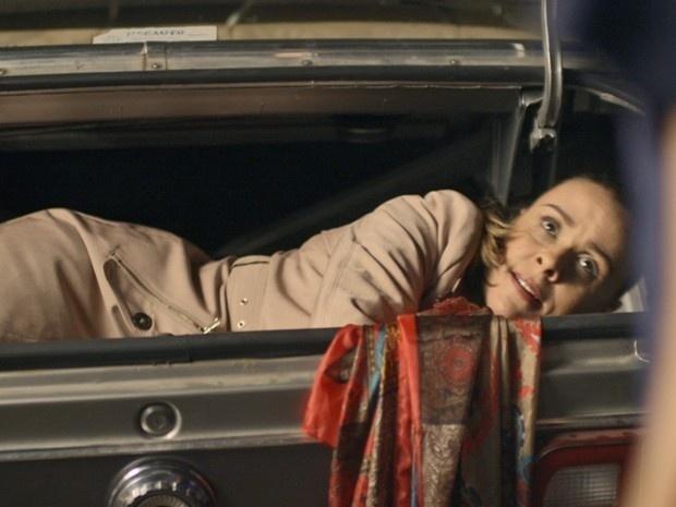 Carlota (Giulia Gam) se esconde no porta-malas do carro de Leonor (Rita Elmor) para fugir de Homero (Osvaldo Mil), em