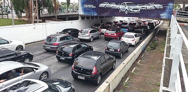 Fila de carros no estacionamento do Salão: passeio pode virar chateação - Eugênio Augusto Brito/UOL