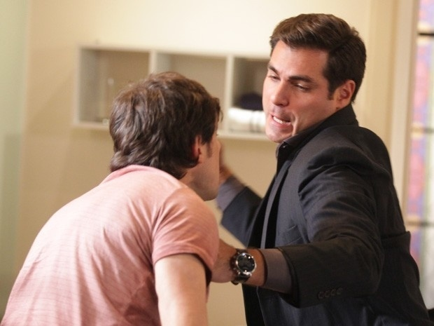 Marcos (Thiago Lacerda) dá um soco em Caíque (Sergio Guizé) ao saber que o irmão passou a noite com Laura (Nathalia Dill) em