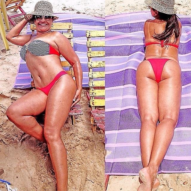 """06.nov.2014- De férias, Solange Couto está curtindo uma temporada no Nordeste e de bem com espelho, a atriz tem exibido sua boa forma nas redes sociais. Nesta quinta-feira (6), ela colocou um biquíni vermelho, foi tomar sol e postou uma imagem do momento de lazer """" Em Recife que amo, aproveitando para me dourar um pouco! #achodgno"""", escreveu na legenda"""