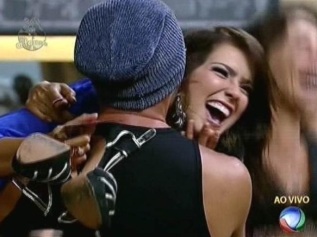 6.nov.2014 - Débora Lyra é abraçada por Marlos Cruz após vencer Robson Caetano na sétima roça de