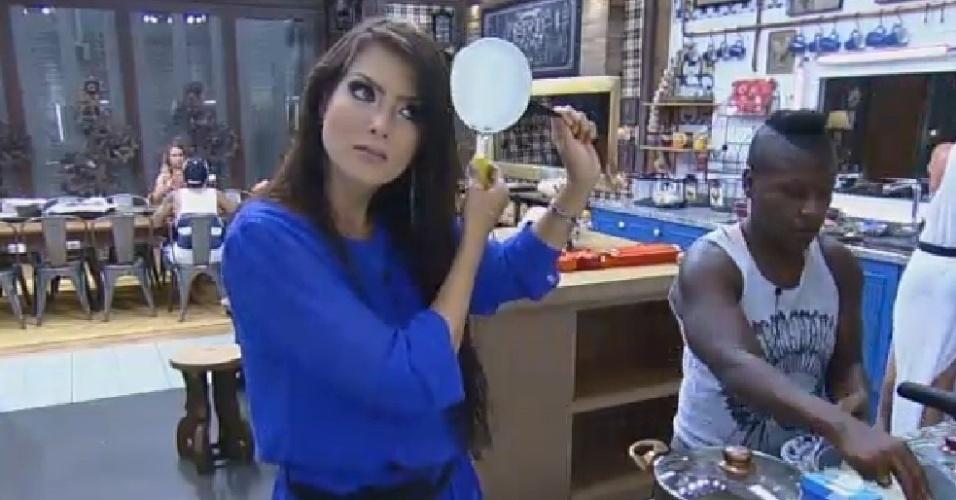 6.nov.2014 - Débora Lyra usa panela para alisar o cabelo em