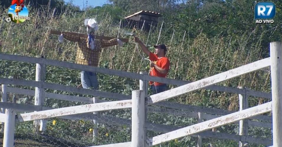 6.nov.2014 - Felipeh Campos chama espantalho de DH