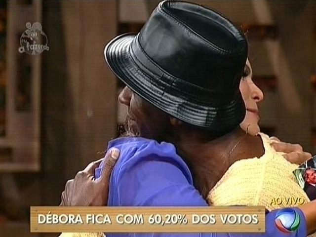 """6.nov.2014 - Robson Caetano se despede de Débora Lyra após ser eliminado de """"A Fazenda 7"""""""
