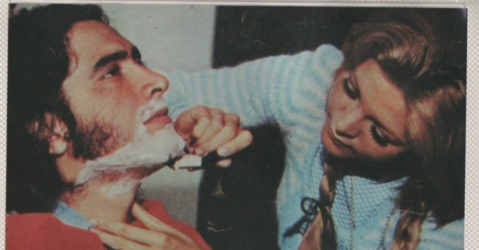 Cantora Wanderléa aparece fazendo a barba do ex-marido José Renato Barbosa de Medeiros, filho de Chacrinha, que morreu na quinta-feira, 6, de novembro, após complicações respiratórias e cardiológicas, no Rio de Janeiro