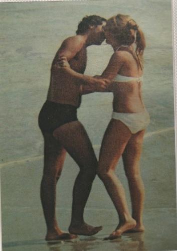 Cantora Wanderléa posa ao lado do ex-marido José Renato Barbosa de Medeiros, filho de Chacrinha, na praia. Ele morreu na quinta-feira, 6, de novembro, após complicações respiratórias e cardiológicas, no Rio de Janeiro