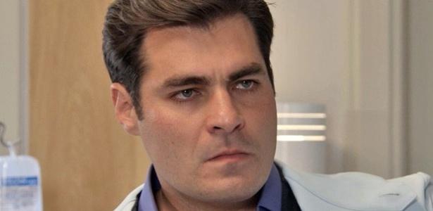 Marcos se enfurece ao ver Caíque no quarto de Laura