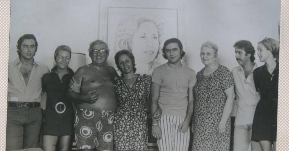 José Renato Barbosa de Medeiros, filho de Chacrinha (à esq.), posa ao lado dos familiares