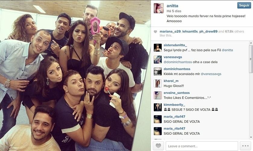 2.nov.2014 - Anitta posa com amigos