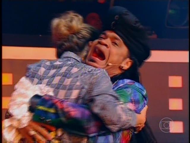 6.nov.2014- Após escolher Vanessa, Carlinhos Brown abraça Claudia Leitte que escolheu Amarildo no