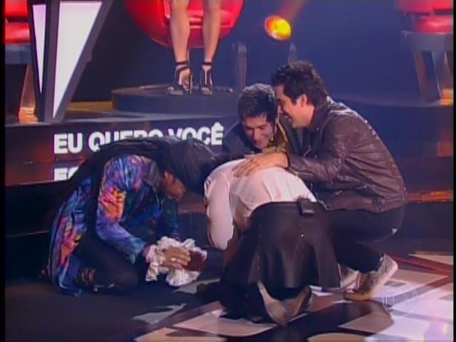 6.nov.2014- Kynnie Williams se emociona após ser salva por Daniel e continuar na competição. Brown se emocionou e agradeceu ao cantor