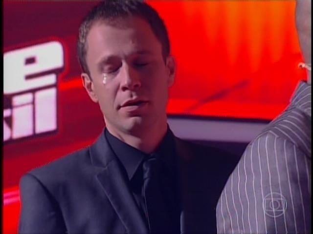 6.nov.2014- Leifert é flagrado chorando quando Claudia Leitte aperta o botão para salvar Lui Medeiros
