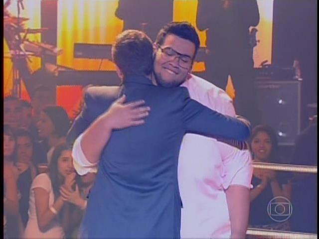 6.nov.2014- Lui Medeiros abraça Thiago Leifert, que se emocionou quando Claudia Leitte apertou o botão